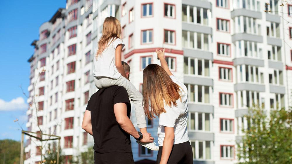 Person visar bostadsrätt