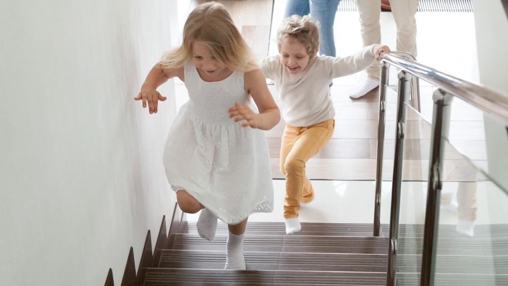 Barn springer i trappa